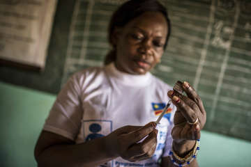 A Minsitry of Health worker prepares a Yellow Fever vaccine in a health centre in Lukunga, Kinshasa.